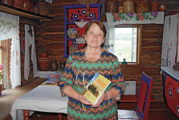 Р.П. Кучуганова в Музее истории и культуры Уймонской долины, с. Верхний Уймон