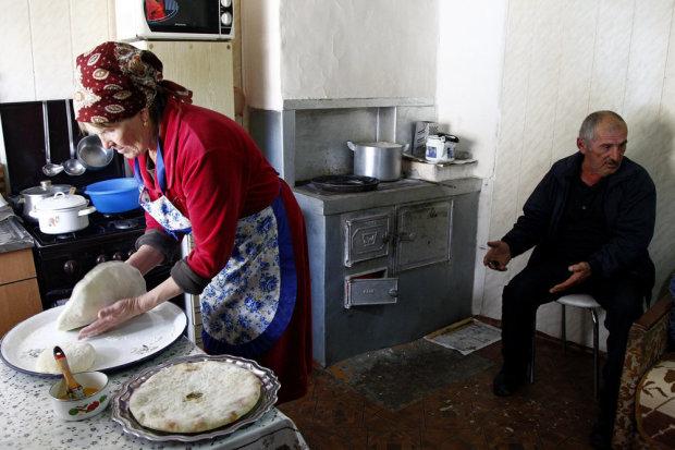 Пироги у Артура и Людмилы Хадаевых были пропитаны дымом фруктовых поленьев. Фото: Владимир Аносов/РГ