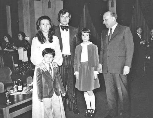 Людмила Живкова с мужем, детьми и отцом Тодором Живковым