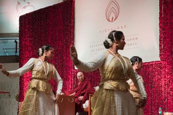 Перед началом публичной лекции на стадионе «Талкатора»  Его Святейшеству Далай-ламе подносят традиционный индийский  танец в стиле катхак. Фото: Тензин Чойджор (офис ЕСДЛ)