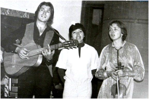 Выступление в Доме культуры с.Чендек. Слева направо: В.Петров, А.Морозова, Л.Калинина
