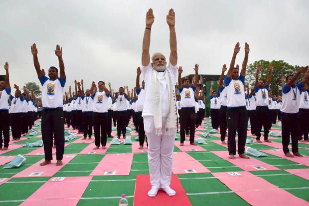 В свои 66 лет президент Индии Нарендра Моди каждое утро начинает с занятий йогой. Фото: EPA