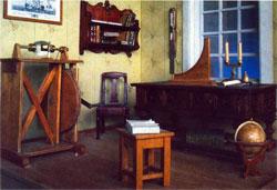 Комната Ломоносова в Боновом доме на Васильевском острове с моделью громовой машины. Макет. Музей М.В. Ломоносова