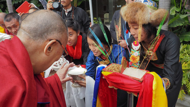 Тибетцы из местного тибетского сообщества подносят традиционное приветствие Его Святейшеству Далай-ламе, прибывшему в Ньюпорт-Бич. Фото: Джереми Рассел (офис ЕСДЛ)