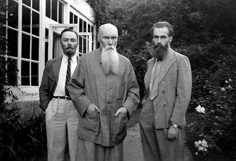 Н.К. Рерих с сыновьями - Юрием (слева) и Святославом (справа)