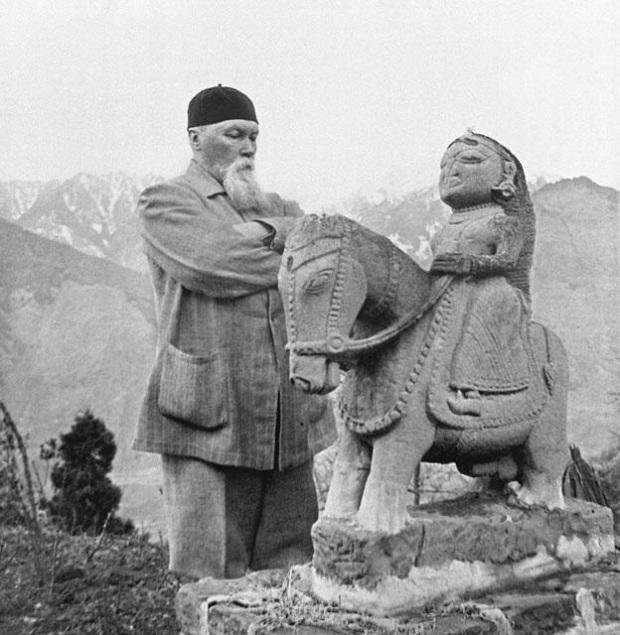 Н.К.Рерих у статуи Гуга Чохана. 1930-е годы. Кулу, Индия