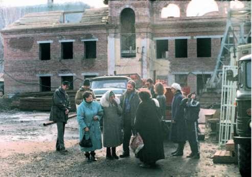 Н.Д.Спирина с сотрудниками СибРО на стройплощадке. 1998 г.