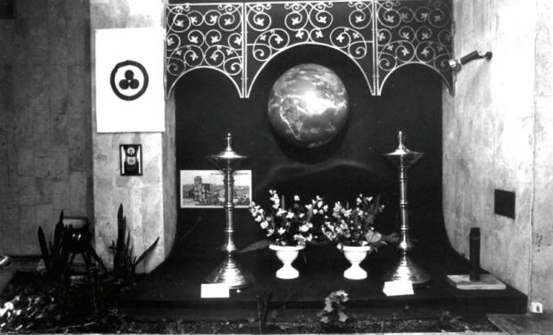 Ил. 4. Знамя Мира в вестибюле Федерации Мира и Согласия. Москва. 1989