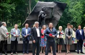 Скульптор Виталий Казанский (справа)