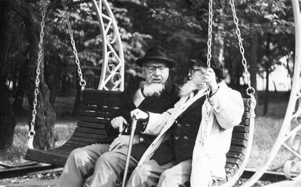 М.Ц.Спургот-Спурга и А.П.Хейдок (слева), в скверике перед домом, в котором жил Михаил Цезарович (г. Советск). Снимок был сделан в приезд Хейдока в Калининград. 1989 г.