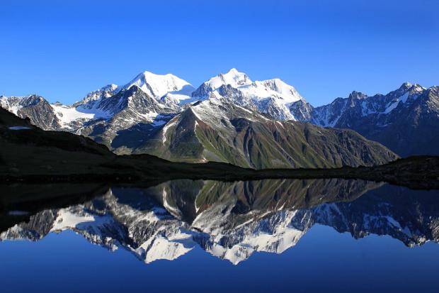Белуха отражается в озере Равновесия. Светлана Митленко