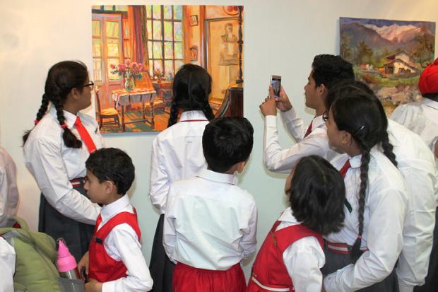 Индийские школьники на выставке картин российских художников в усадьбе Рерихов ©Евгений Пахомов/ТАСС