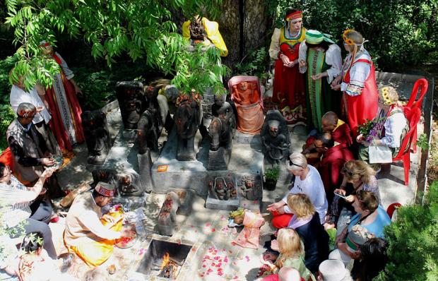 Пуджа – праздничная церемония у идолов местных богов, собранных Рерихами © Евгений Пахомов/ТАСС