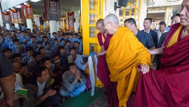 По прибытии в главный тибетский храм Его Святейшество Далай-лама приветствует школьников из Тибетских детских деревень. Фото: Тензин Пунцок