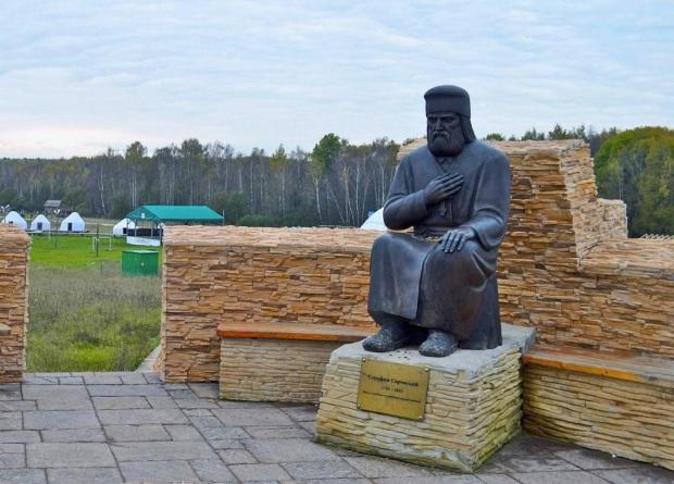 Фрагмент скульптурной композиции «Четыре мудреца». Калужская область, Боровский район, деревня Петрово