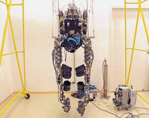 Экзоскелет для реабилитации парализованных пациентов, с помощью которого Джулиан Пинто сделал первый удар по мячу на открытии чемпионата мира в Бразилии Walk Again Project